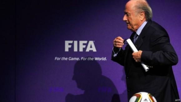 Estas medidas que propone la FIFA buscan atenuar los escándalos que han rodeado, entre otras figuras, a Sepp Blatter. Foto: AFP