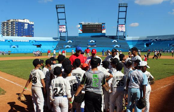 Brayan Peña y Pedro Medina trabajaron en el área de la receptoría. Foto: José Raúl Concepción/Cubadebate.
