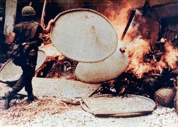 El soldado Capezza quema una choza vietnamita en My Lai. Foto: Wikipedia.
