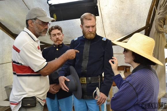 """Durante el rodaje, Jorge Luis Sánchez y los actores Jo Adrian Haavind y Pablo Guevara. Foto tomada del sitio de """"Cuba Libre""""."""