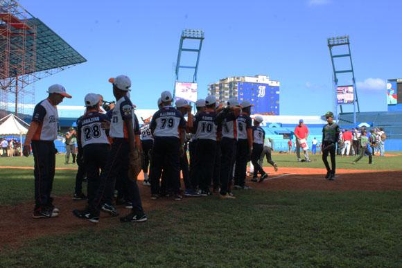 Clínica de béisbol con jugadores de Grandes Ligas  en el estadio Latinoamericano.