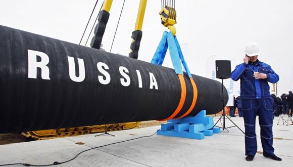 Ingeniero ruso junto a uno de los conductos utilizados para la construcción del gasoducto. (Foto: AP)