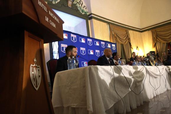 Delegación de Grandes Ligas durante la conferencia de prensa celebrada en el Hotel Nacional de Cuba. Foto: José Raúl Concepción/ Cubadebate.