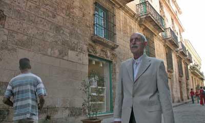 El Doctor Daniel Taboada Espiniella caminando por la ciudad. Foto: Bohemia