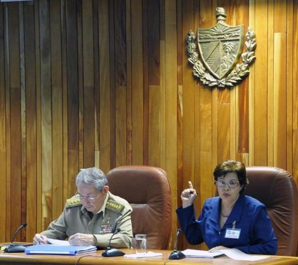 El General de Ejército Raúl Castro junto a Lina Pedraza, ministra de Finanzas y Precios. Foto: Estudios Revolución
