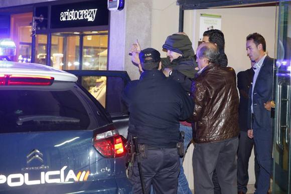 El agresor de Rajoy hizo el gesto de victoria tras ser detenido. Foto: La Voz de Galicia