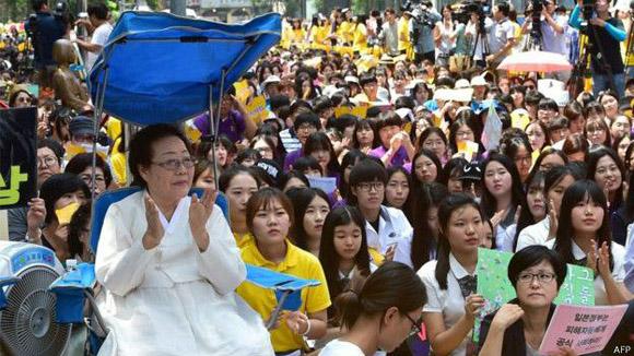 El tema de las esclavas sexuales había estado generando protestas semanales frente a la emnbajada de Japón en Seúl. Foto: AFP.