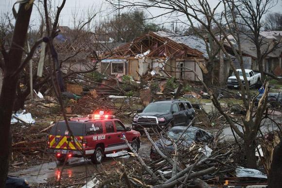 Equipos de rescate buscan víctimas por el clima severo en Rowlett, Texas, este domingo. Foto: AP.