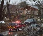 Equipos de rescate buscan víctimas por el clima severo en Rowlett, Texas, este domingo. Foto AP