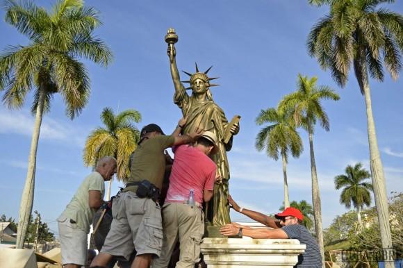 """En el pueblo ficticio donde se desarrolla la película colocan una réplica d la Estatua de la Libertad. Foto tomada del sitio de """"Cuba Libre""""."""