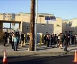 Estudiantes de la escuela de Lincoln Heights se reúnen en las inmediaciones del recinto a la espera de nuevas informaciones. Foto: EFE