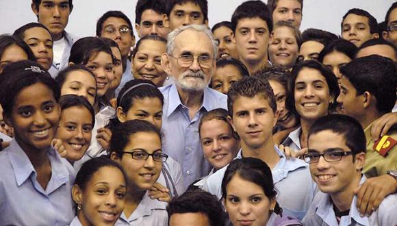"""""""No podría ser más feliz con todos estos jóvenes entusiastas y brillantes a mi lado"""", confesó el estadounidense Robert Curl, premio Nobel de Química en 1996, al concluir su visita al IPVCE Lenin en 2009. (Foto: Alexander Isla)."""