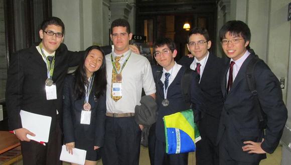 """En la ciencia como en el deporte, el """"fogueo"""" internacional deci¬de. De izquierda a derecha, los cubanos Marcos Conde (primero) y Ernesto Batista (tercero), medallistas iberoamericanos de Oro y Bronce, respectivamente, en olimpiada de Química en 2014.  (Foto: Cortesía de Rolando Alonso)"""