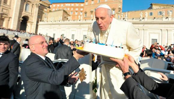 El Papa Francisco sopla velas en una tarta que le han llevado los fieles. (Foto: Aciprensa)