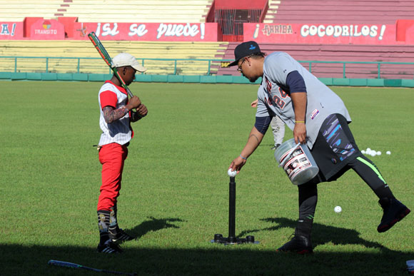 El ganador de la triple corona en la Liga Americana, Miguel Cabrera, también guió a los pequeños en el área ofensiva. Foto: José Raúl Concepción/Cubadebate.