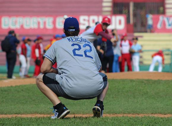 Clayton Kershaw tembién actuó de receptor ante los envíos de los menores. Foto: José Raúl Concepción/Cubadebate.