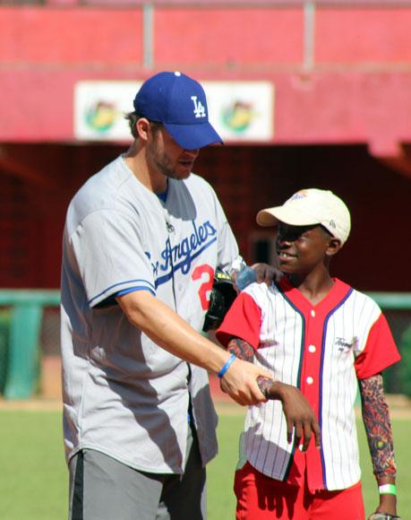 Clayton Kershaw, pese a su escaso conocimiento del español, se entendió muy bien con los niños. Foto: José Raúl Concepción/Cubadebate.