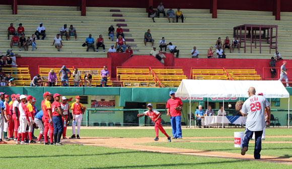Brayan Peña acompañó a Evelio Hernández en el trabajo en la receptoría. Foto: José Raúl Concepción/Cubadebate.