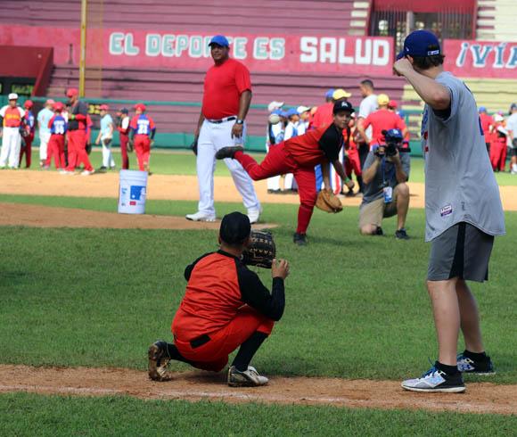 Kerskaw simula batear, mientras Aragón supervisar los movimientos del pequeño lanzador. Foto: José Raúl Concepción/Cubadebate.