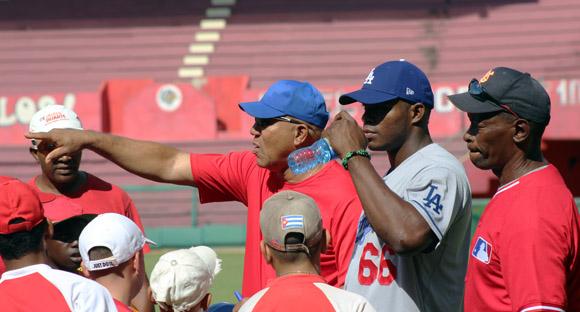 Pedro Medina, Yasiel Puig y Lázaro Junco mostraron a los peloteritos sus conocimientos ofensivos. Foto: José Raúl Concepción/Cubadebate.