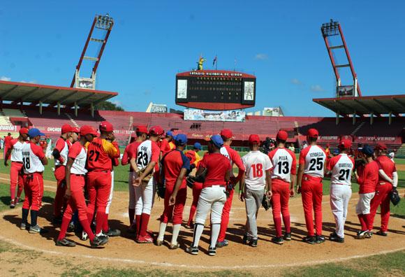 Clínica de bésibol con niños matanceros, jugadores de Grandes Ligas y antiguas estrellas de Series Nacionales. Foto: José Raúl Concepción/Cubadebate.