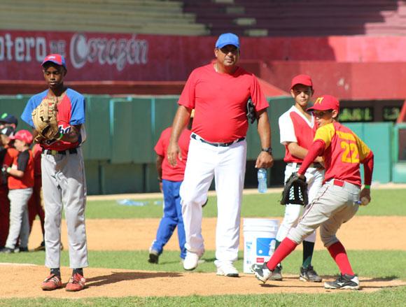 Aragón trabaja con los futuros lanzadores. Foto: José Raúl Concepción/Cubadebate.