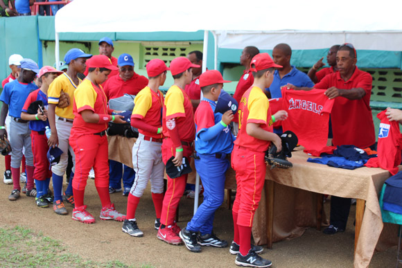La MLB donó equipaciones deportivas a los pequeños. Foto: José Raúl Concepción/Cubadebate.