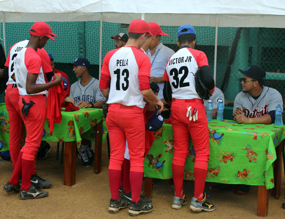 Al finalizar la clínica, las estrellas de MLB y de Series Nacionales firmaron autógrafos. Foto: José Raúl Concepción/Cubadebate.