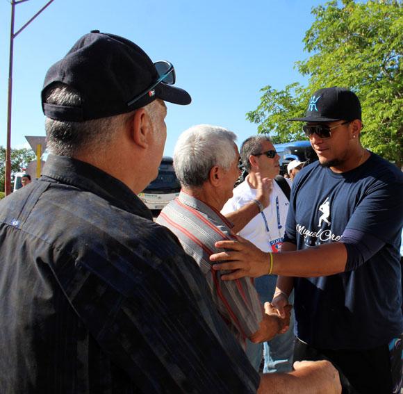 Higinio Vélez y Heriberto Suárez se saludan con la estrella Venezolana, Miguel Cabrera. Foto: José Raúl Concepción/Cubadebate.