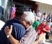 Higinio Velez y Joe Torre se abrazan a la llegada del estadounidense al estadio. Foto: José Raúl Concepción/Cubadebate.