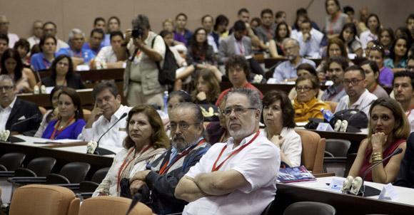 Francois Mattelart recibe el Doctor Honoris Causa por la Universidad de La habana. Foto: Cubadebate/ Ismael Francisco.