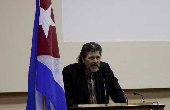 Abel Prieto al hacer el elogio de Mattelart. Foto: Cubadebate/ Ismael Francisco.