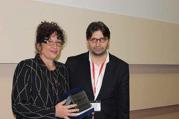 Hilda Saladrigas recibe la placa homenaje de la ULEPICC al fallecido Enrique González Manet de las manos de Francisco Sierra. Foto: José Raúl Concepción/Cubadebate.