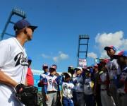 Jon Jay da intrucciones a niños habaneros en estadio Latinoamericano de La Habana. Foto: José Raúl Concepción/Cubadebate.
