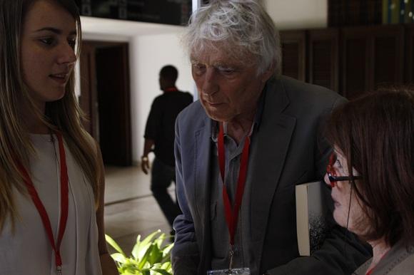 Jennifer Veliz, profesora de la Facultad de Comunicación de la UH y miembro del Consejo de Redacción de Alcance, junto a Armand y Michelle Mattelart, miembros del Consejo Editorial.