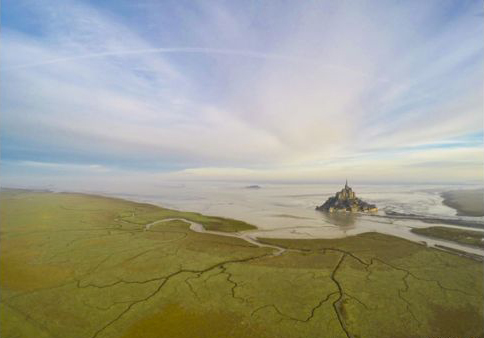 Temprano durante una mañana, a medida de que el agua lentamente convertía el Monte Saint Michel en una isla en Normandía, Francia, Jeremie Eloy registró el momento con la cámara de su dron.