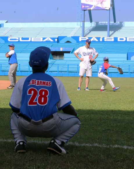Kershaw supervisa a los aspirantes a lanzadores.