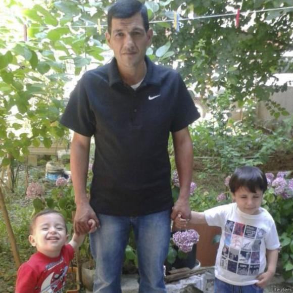 Abdullah con sus dos niños, ahora fallecidos.