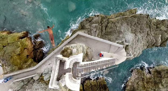 La plataforma tiene alrededor de 15 metros de alto. Los clavadistas hacen sus exhibiciones para los turistas durante la tarde.