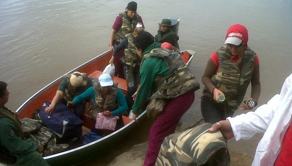 Llegada a Mavaca protegidos con salvavidas, linternas y custodiados por la Guardia Nacional Bolivariana.