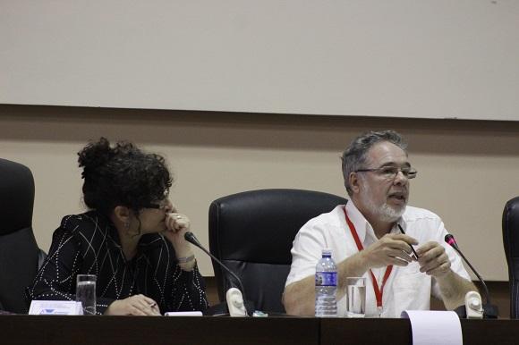 Hilda Saladrigas, presidenta del Comité Académico y César Bolaños, quien ofreció la conferencia inaugural de esta jornada. Foto: José Raúl Concepción/Cubadebate.