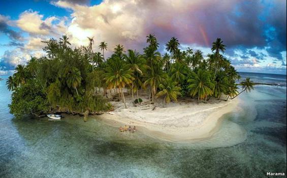 """Esta foto muestra la paradisiaca isla de Tahití, la isla más grande de la Polinesia Francesa. Fue captada por el usuario Marama Photo Video, quien dijo: """"Estábamos esperando la puesta de sol mientras tomábamos un Hinano cuando sentimos la lluvia detrás de nosotros y un arcoíris apareció. Así es la vida tahitiana""""."""