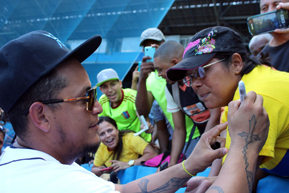 Miguel Cabrera se encontró con aficionados venezolanos en la grada.