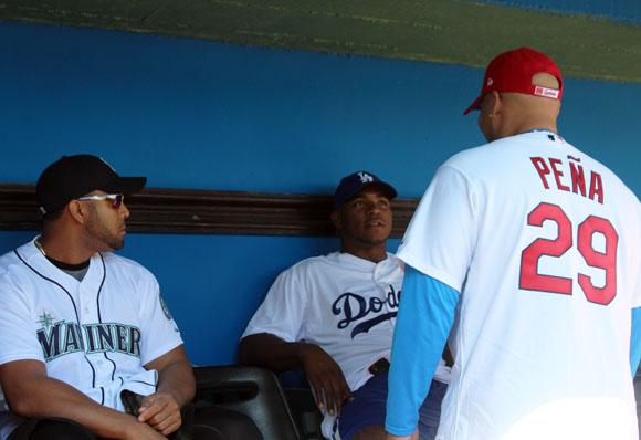 Nelson Cruz, Brayan Peña y Yasiel Puig conversan antes de comenzar la clínica.