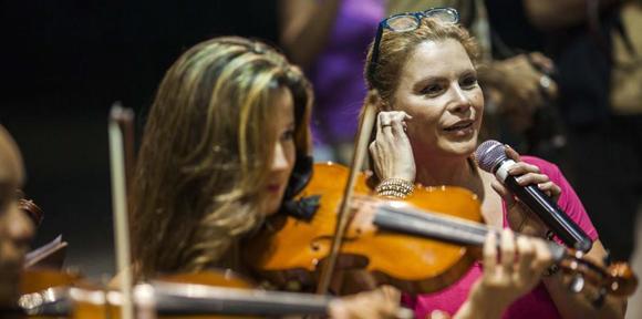 Olga Tañón ensayó hoy para su presentación de mañana en Santiago de Cuba. (Dennis Rivera Pichardo / Especial GFR Media)
