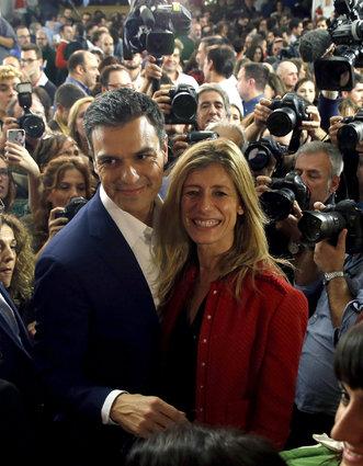 Pedro Sánchez, líder del PSOE, junto a su esposa Begoña Gómez. Foto EFE.