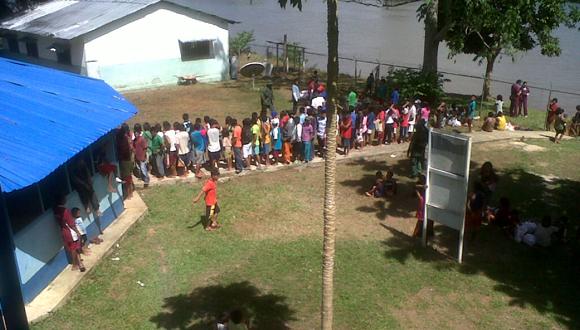 Pobladores de Mavaca que acuden para ser atendidos.