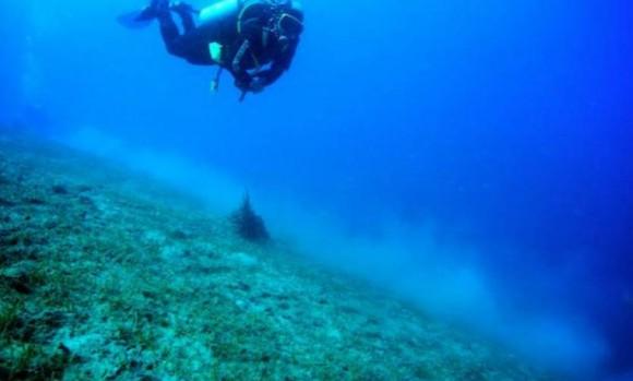 Imagen de portada: Submarinista trabajando en el año 2012 en los restos de un barco hundido junto a la costa italiana.