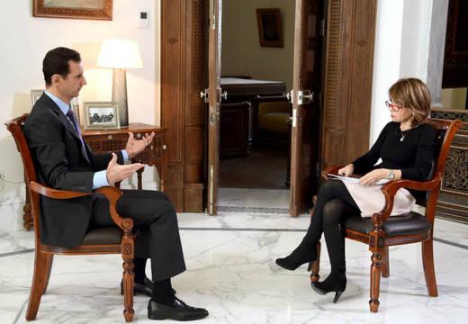 "Presidente sirio Bashar al Assad habla con la periodista de ""The Sunday Times"", Hala Jaber. Foto: Efe"