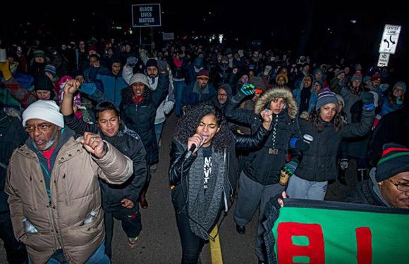 Las protestas por la violencia policial contra afroamericanos aumentan en los Estados Unidos, pero las muertes no cesan. Foto tomada de Noticias Caracol.